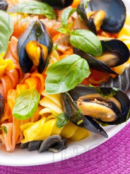 Многоцветна паста със задушени миди - снимка на рецептата